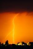 Σύννεφο για να στηρίξει την ηλεκτρική αστραπή πίσω από τις κορυφές στεγών σπιτιών Στοκ εικόνα με δικαίωμα ελεύθερης χρήσης