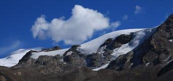 Σύννεφο επάνω από τον παγετώνα Findel σε Zermatt Στοκ Φωτογραφίες