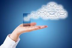 Σύννεφο ηλεκτρονικού ταχυδρομείου που αφήνει το έξυπνο τηλέφωνο πέρα από το μπλε έδαφος Στοκ φωτογραφίες με δικαίωμα ελεύθερης χρήσης