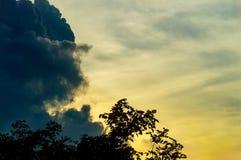 Σύννεφο και ουρανός βροχής στο ηλιοβασίλεμα πρίν βρέχει Στοκ Εικόνες
