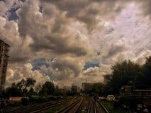 Σύννεφο και ουρανός γραμμών ραγών τέλειοι στοκ εικόνες