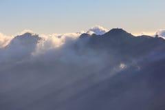 Σύννεφο και υδρονέφωση στη σειρά βουνών Στοκ εικόνες με δικαίωμα ελεύθερης χρήσης