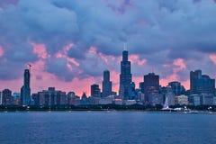 Σύννεφο-καλυμμένο ηλιοβασίλεμα πέρα από την πόλη του ορίζοντα του Σικάγου κατά τη διάρκεια του βραδιού Στοκ Φωτογραφία