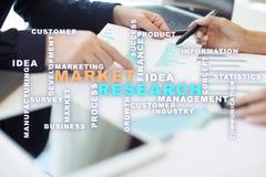 Σύννεφο λέξεων έρευνας αγοράς στην εικονική οθόνη στοκ φωτογραφία με δικαίωμα ελεύθερης χρήσης