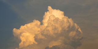 Σύννεφο με το φως ήλιων στο υπόβαθρο μπλε ουρανού Στοκ φωτογραφίες με δικαίωμα ελεύθερης χρήσης