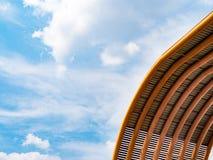 Σύννεφο μπλε ουρανού με τη στέγη Στοκ Εικόνες