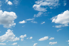 Σύννεφο μπλε ουρανού στο υπόβαθρο στοκ εικόνες