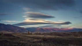 σύννεφο πέρα από τα βουνά Στοκ φωτογραφία με δικαίωμα ελεύθερης χρήσης