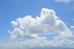 Σύννεφο στον όμορφο ουρανό Στοκ Εικόνες