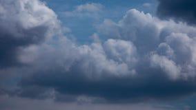 Σύννεφο στο χρονικό σφάλμα μπλε ουρανού απόθεμα βίντεο