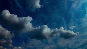 Σύννεφο στο χρονικό σφάλμα μπλε ουρανού φιλμ μικρού μήκους