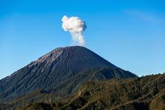 Σύννεφο τέφρας που αυξάνεται στο βουνό ηφαιστείων Semeru, Ιάβα, Indonesi Στοκ Εικόνες
