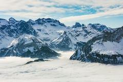 Σύνοδοι Κορυφής των Άλπεων που αυξάνονται από τη θάλασσα της ομίχλης το χειμώνα Στοκ εικόνα με δικαίωμα ελεύθερης χρήσης