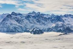 Σύνοδοι Κορυφής των Άλπεων που αυξάνονται από τη θάλασσα της ομίχλης το χειμώνα Στοκ Εικόνες
