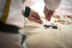 Σύνοδος θεραπείας Reiki με τις πέτρες στοκ εικόνες με δικαίωμα ελεύθερης χρήσης