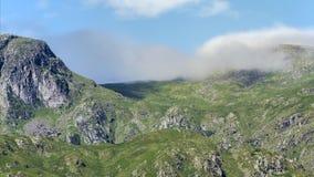 Σύνοδος κορυφής βράχων περιστεριών που καλύπτεται στα σύννεφα απόθεμα βίντεο