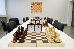 Σύνολα σκακιού, που προετοιμάζονται για την έναρξη των πρωταθλημάτων στοκ φωτογραφία