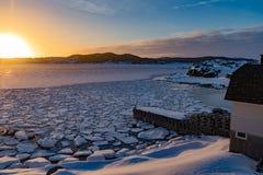 Σύνολα χειμερινών ήλιων πέρα από τον παγωμένο ωκεάνιο κόλπο NL Καναδάς στοκ φωτογραφία με δικαίωμα ελεύθερης χρήσης