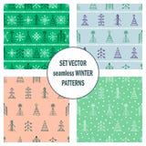 Σύνολο άνευ ραφής διανυσματικών σχεδίων με fir-trees, snowflakes εποχιακό χειμερινό υπόβαθρο με το χαριτωμένο συρμένο χέρι γραφικ Στοκ Εικόνες