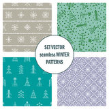 Σύνολο άνευ ραφής διανυσματικών σχεδίων με fir-trees, snowflakes εποχιακό χειμερινό υπόβαθρο με το χαριτωμένο συρμένο χέρι γραφικ Στοκ Φωτογραφίες