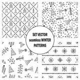 Σύνολο άνευ ραφής διανυσματικών σχεδίων με fir-trees, snowflakes εποχιακό χειμερινό υπόβαθρο με το χαριτωμένο συρμένο χέρι γραφικ Στοκ Φωτογραφία