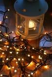 Σύνολο άσπρου φαναριού με τα φω'τα Χριστουγέννων και καλάμων καραμελών στο ξύλινο πάτωμα Στοκ Εικόνα