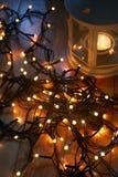 Σύνολο άσπρου φαναριού με τα φω'τα Χριστουγέννων και καλάμων καραμελών στο ξύλινο πάτωμα Στοκ εικόνες με δικαίωμα ελεύθερης χρήσης
