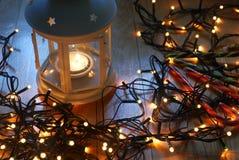 Σύνολο άσπρου φαναριού με τα φω'τα Χριστουγέννων και καλάμων καραμελών στο ξύλινο πάτωμα Στοκ φωτογραφία με δικαίωμα ελεύθερης χρήσης