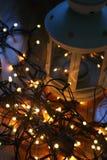 Σύνολο άσπρου φαναριού με τα φω'τα Χριστουγέννων και καλάμων καραμελών στο ξύλινο πάτωμα Στοκ φωτογραφίες με δικαίωμα ελεύθερης χρήσης