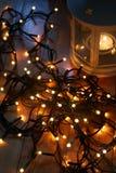 Σύνολο άσπρου φαναριού με τα φω'τα Χριστουγέννων και καλάμων καραμελών στο ξύλινο πάτωμα Στοκ εικόνα με δικαίωμα ελεύθερης χρήσης