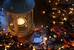 Σύνολο άσπρου φαναριού με τα φω'τα Χριστουγέννων και καλάμων καραμελών στο ξύλινο πάτωμα Στοκ Φωτογραφία