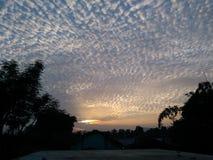 Σύνολο ήλιων, σύννεφο ουρανού χρυσό στοκ εικόνα με δικαίωμα ελεύθερης χρήσης