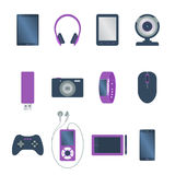 Σύνολο απομονωμένης χρωματισμένης ηλεκτρονικής συσκευής, αναγνώστης βιβλίων, ταμπλέτα, κάμερα Ιστού, smartphone, ακουστικό, ποντί διανυσματική απεικόνιση