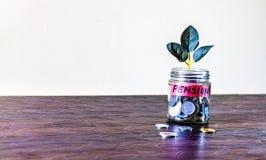 Σύνολο βάζων γυαλιού των νομισμάτων και μια ανάπτυξη εγκαταστάσεων μέσω του στοκ φωτογραφίες με δικαίωμα ελεύθερης χρήσης