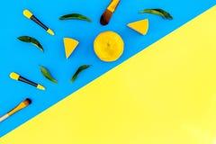 Σύνολο βουρτσών για applicator makeup και σκιάς ματιών στην μπλε και κίτρινη τοπ άποψη υποβάθρου copyspace Στοκ φωτογραφία με δικαίωμα ελεύθερης χρήσης