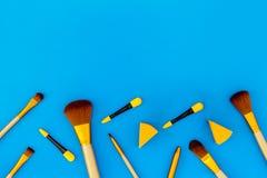 Σύνολο βουρτσών για applicator makeup και σκιάς ματιών στην μπλε τοπ άποψη υποβάθρου copyspace Στοκ Φωτογραφίες