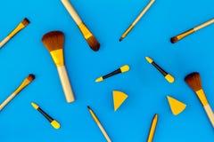 Σύνολο βουρτσών για applicator makeup και σκιάς ματιών στο μπλε σχέδιο άποψης υποβάθρου τοπ Στοκ εικόνες με δικαίωμα ελεύθερης χρήσης