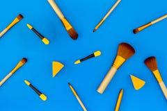 Σύνολο βουρτσών για applicator makeup και σκιάς ματιών στο μπλε σχέδιο άποψης υποβάθρου τοπ Στοκ φωτογραφία με δικαίωμα ελεύθερης χρήσης
