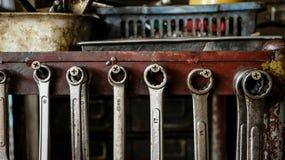 Σύνολο βρώμικων κλειδιών γαλλικών κλειδιών στο ξύλινο ράφι με το διαφορετικό Τ στοκ φωτογραφία