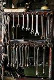 Σύνολο βρώμικων κλειδιών γαλλικών κλειδιών στο ξύλινο ράφι με το διαφορετικό Τ στοκ εικόνες