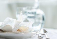 Σύνολο γευμάτων Luxyry που τακτοποιείται σε έναν πίνακα με το εκλεκτής ποιότητας tableclo δαντελλών Στοκ εικόνες με δικαίωμα ελεύθερης χρήσης
