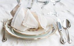 Σύνολο γευμάτων Luxyry που τακτοποιείται σε έναν πίνακα με το εκλεκτής ποιότητας tableclo δαντελλών Στοκ Φωτογραφία