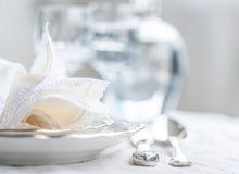 Σύνολο γευμάτων Luxyry που τακτοποιείται σε έναν πίνακα με το εκλεκτής ποιότητας tableclo δαντελλών Στοκ Εικόνες