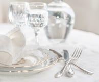 Σύνολο γευμάτων Luxyry που τακτοποιείται σε έναν πίνακα με το εκλεκτής ποιότητας tableclo δαντελλών Στοκ φωτογραφία με δικαίωμα ελεύθερης χρήσης
