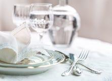 Σύνολο γευμάτων Luxyry που τακτοποιείται σε έναν πίνακα με το εκλεκτής ποιότητας tableclo δαντελλών Στοκ Φωτογραφίες