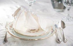 Σύνολο γευμάτων Luxyry που τακτοποιείται σε έναν πίνακα με το εκλεκτής ποιότητας tableclo δαντελλών Στοκ φωτογραφίες με δικαίωμα ελεύθερης χρήσης