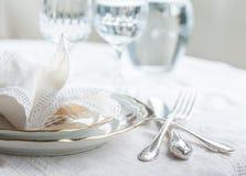 Σύνολο γευμάτων Luxyry που τακτοποιείται σε έναν πίνακα με το εκλεκτής ποιότητας tableclo δαντελλών Στοκ Εικόνα