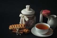 Σύνολο για τα γλυκά και τις ζύμες προγευμάτων με τα καρύδια για το τσάι σε ένα BL Στοκ Φωτογραφία