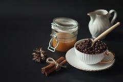 Σύνολο για τα γλυκά και τις ζύμες προγευμάτων με τα καρύδια για το τσάι σε ένα BL Στοκ φωτογραφία με δικαίωμα ελεύθερης χρήσης