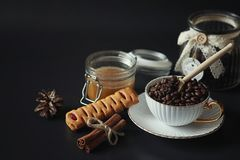 Σύνολο για τα γλυκά και τις ζύμες προγευμάτων με τα καρύδια για το τσάι σε ένα BL Στοκ Εικόνες